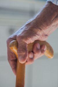 T字型杖を握っている手
